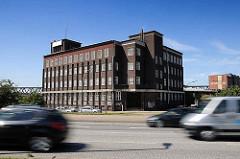 Blick über die Billhorner Brückenstrasse zum expressionistischen Klinkergebäude am Brandshofer Deich / Billehafen in Hamburg Rothenburgsort. Das Kontorhaus wurde 1928/29 von dem Architekten Otto Hoyer entworfen, der u. a. einen Wohnblock in der