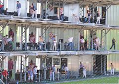 Abschläge der Driving Range - auf drei Ebenen üben die SpielerInnen ihre Abschläge in Hamburg Rothenbursort - Bilder aus den Stadtteilen der Hansestadt.