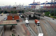 Blick auf die Zollstation und den Waltershofer Hafen - Sattelschlepper auf der LKW Spur.