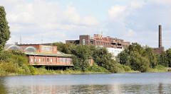 Gewerbegebiet Hamburg Veddel - Industriearchitektur am Hovekanal - Klinkergebäude, Fabrikschornstein auf der Peute.