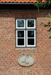 Historische Industriearchitektur - Fotografie der Fassade des Lawaetzhauses - Logo an der Hauswand.