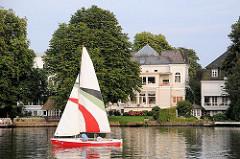 Segelboot im Langen Zug - Villa am Wasser, Wohnen in Hamburg Uhlenhorst.