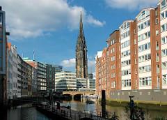 Blick über das Nikolaifleet zur Holzbrücke - dahinter der Turm der Nikolaikirche - Bilder aus dem Hamburger Stadtteil Altstadt.