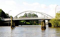 Blick vom Moldauhafen zur Sachsenbrücke und dem Saalehafen im Hamburger STadtteil Kleiner Grasbrook.