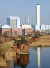 Historische Wasserwerke Hamburg Kaltehofe, Filterbecken - Kraftwerk Tiefstack im Hintergrund.