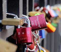 Liebeschloss als Symbol der unvergänglichen Liebe an der Michaelisbrücke in der Hamburger Neustadt.