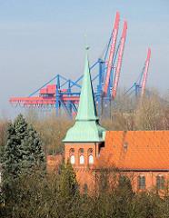 Blick auf die  Evangelisch Lutherische St. Maria Magdalena Kirche ( 17. Jhd. / 18 Jhd.) in Hamburg Moorburg - im Hintergrund die Containerkräne des Container Terminals Altenwerder.