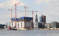 Blick über die Norderelbe zur Hafencity und der Baustelle der Elbphilhamonie 2009 - Turm der St. Michaeliskirche und Bürogebäude am Kehrwieder.