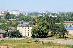 Luftbild Harburger Schloss - Areal des geplanten Parks auf der Harburger Schlossinsel. Im Hintergrund das Panomara Hamburgs mit den Türmen der Hansestadt.