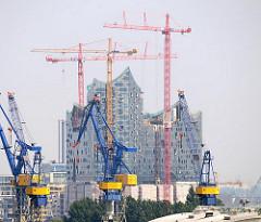Kräne der Hansestadt Hamburg - Werftkräne bei Blohm & Voss, Baukräne an der Baustelle der Elbphilharmonie in der Hamburger Hafencity.