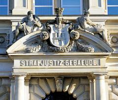 Portal Eingang Strafjustiz-Gebäude Hansestadt Hamburg - Hamburg Wappen und Skulpturen.