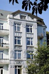 Mit Ornamenten gestaltete Hausfassade eines mehrstöckigen Gründerzeitgebäudes in der Barmbeker Strasse in Hamburg Winterhude.