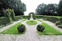 Buchenhecke mit symmetrischem Rasen und Buchsbäumen im Rosengarten - Bilder aus dem Hamburger Stadtteil Ottensen - Bezirk Hamburg Altona.