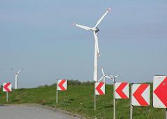 Strassenführung am Elbdeich vom Stadtteil Spadenland - Energiegewinnung durch Windkraft.
