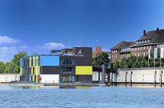 Fotos aus dem Hamburger Stadtteil Veddel - Müggenburger Zollhafen - schwimmende Häuser auf dem Wasser - Ausstellungsgebäude, Bürogebäude - IBA DOCK - IBA Hamburg GmbH.