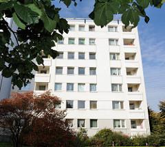 Hochhaus mit weisser Fassade - Wohngebäude im Hamburger Stadtteil Jenfeld.