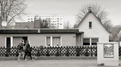 Unterschiedliche Architekturstile - flacher Bungalow, Einzelhaus mit Spitzdach und Hochhaus, Jägerzaun - Bilder aus dem Hamburger Stadtteil Hausbruch, Bezirk Harburg.