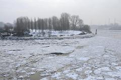 Winter in der Hansestadt Hamburg - Eisschollen auf der Norderelbe - Blick über das Wasser zum Entenwerder Elbpark in Hamburg Rothenburgsort.