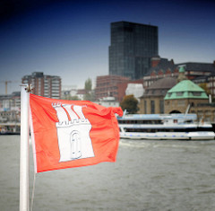 Hamburgflagge im Wind - Hamburger Fahne vor Hamburg St. Pauli - Landungsbrücken.