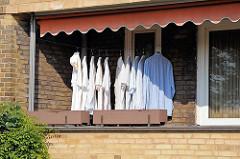 Wäsche zum Trocknen auf dem Balkon - Hemden auf der Leine in der Sonne - Wohnen in Hamburg - Wohnanlage Friedrich-Ebert-Hof