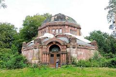 Altes Mausoleum auf dem Ohlsdorfer Friedhof in Hamburg; historische Grabbauten, renovierungsbedürftig.