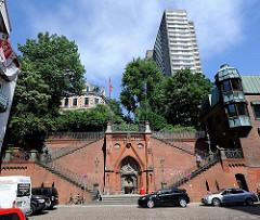 Architektur im Hafen Altonas - Köhlbrandtreppe beim Holzhafen - Hochhaus.