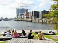 Blick über den Grasbrookhafen zum Dalmannkai und den Baukränen an der Elbphilharmonie in der Hafencity Hamburg.