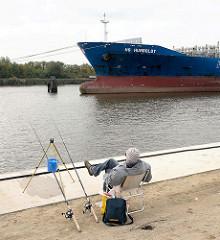 Auflieger an den Dalben in der Flussmitte der Norderelbe - Angler am Kirchenpauerkai in der Hamburger Hafencity.