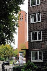 Kirchturm der Epiphanienkirche am Wiesendamm in der Hamburger Jarrestadt.