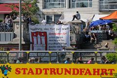 Transparent St. Pauli Hafenstrasse - Hamburg, das Tor zur Welt - geschlossen für politisch Verfolgte, Menschen ohne Pass.....