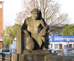 Skulptur auf einer Brücke am Ausschlaeger Weg.