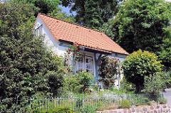 Wohngebäude am Elbhang von Hamburg Blankenese - der kleine Vorgarten ist mit einem Zaun zur Strasse abgegrenzt.