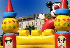 """Harburger Schloss - bunte Mickeymousefiguren einer Hüpfburg beim Hafenfest """"Leinen Los!"""""""