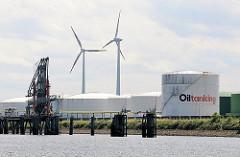 Tanklager in Hamburg Wilhelmsburg - runde weisse Öltanks im Kattwykhafen, Tankhafen - Windkraftanlage.