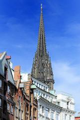 Kirchturm der Neo Gotischen Hamburger Hauptkirche St. Nikolai - Häusergiebel mit Winden.