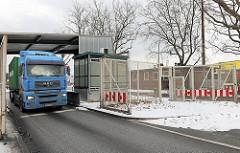 Ehem. Zollstation Neuhof in Hamburg Steinwerder - die Zolltore stehen weit offen, die Grenzstation ist geschlossen; ein LKW passiert das Tor.