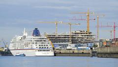 Kreuzfahrtschiff EUROPA am Kai des Cruise Centers in der Hamburger Hafencity - im Hintergrund die Baustelle und Baukäne vom neuen Unileverhaus (2008)