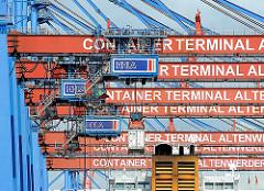 Containerbrücken am Kai des Containerterminals Altenwerder - die Ladung eines Containerfrachters wird gelöscht, einer der Stahlboxen schwebt an der Containerkatze über dem Schiff