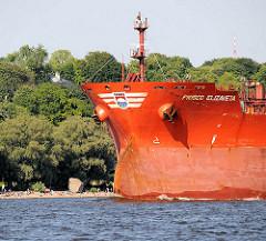 """Frachtschiff FRISCO ELIZAVETA auf der Elbe vor Hamburg Othmarschen - am Strand Badegäste und der Findling """"Alter Schwede"""""""