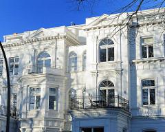 Wohnhäuser mit weisser Fassade im Klassizistischen Architekturstil.