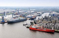 Blick über die Norderelbe nach Hamburg Steinwerder zum Grenzkanal; Frachtschiffe, RoRo-Frachter Celestine und Tanker Elsa Essberger löschen ihre Ladung.