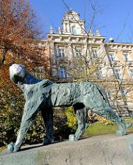 Panther von Hans Martin Ruwoldt - Hamburger Wallanlagen; im Hintergrund das Gebäude vom Hamburger Zivilgericht am Sievekingplatz.