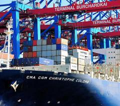 Bug mit Schriftzug der CMA CGM Christophe Colomb unter den Containerbrücken des Terminals Burchardkai im Hamburger Hafen.