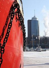 Rotes Feuerschiff im Hamburger Hafen - Eisenkette an roter Schiffswand - Hintergrund Bürogebäude Kehrwieder, Hafencity.