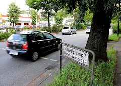 Stadtteilschild Steilshoop - Bezirk Hamburg Wandsbek - fahrende Autos; Durchgangsstrasse.