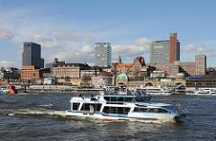 Panorama Elbseite von Hamburg St. Pauli - Schiffe an den Landungsbrücken; Ausflugsschiff auf der Elbe.