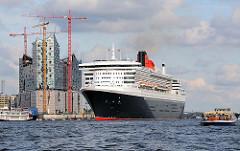 Die Queen Mary verlässt den Hamburger Hafen - das Kreuzfahrtschiff hat vom Kreuzfahrtterminal Hafencity abgelegt und fährt Höhe Elbphilharmonie.