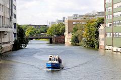 Sportboot auf dem Mittelkanal in Hamburg Hamm - Bürogebäude am Ufer des Kanals.