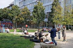 Musikgruppe auf dem Kemal Altun Platz in Ottensen - Leben im Hamburger Bezirk Altona.