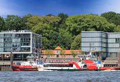 Eine voll besetzte Hafenfähre vor Hamburg Neumühlen - zwischen den modernen Bürogebäuden am Elbufer das historische Lawaetzhaus, das 1802 als Tuchmanufaktur erbaut wurde.